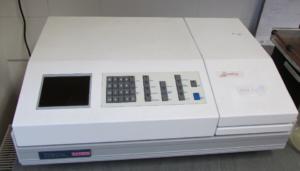 معرفی اسپکتروفوتومتر Spectrophotometry دستگاه اسپکتروفتومتر یا طیف سنجی در واقع برهم کنش نور با ماده را مورد بررسی قرار می دهد. دستگاههای اسپکتروفتومتر فرا بنفش / مرئی به عنوان پر مصرف ترین دستگاههای اسپکتروفتومتر در آزمایشگاه بوده که در آن با توجه به میزان عبور و جذب ، غلظت مواد در یک نمونه تعیین می گردد.