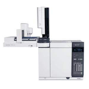 معرفی کروماتوگرافی گازی Gas Chromatography دستگاه GC یا کروماتوگراف گازی یکی تجهیزات رایج آزمایشگاهی به منظور جداسازی و شناسایی مواد می باشد. این روش اصولا برای آنالیز موادی که در حالت بخار تجزیه نمی شوند مورد استفاده قرار می گیرد. دستگاه GC در مواردی مانند تعیین میزان خلوص یک ماده و جداسازی اجزای مختلف یک ترکیب (با تعیین نسبت اجزا) کاربرد دارد.